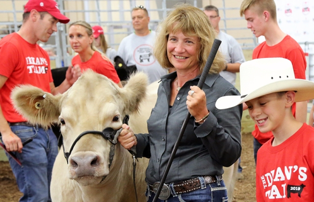 Dean with steer and 4Her.jpg